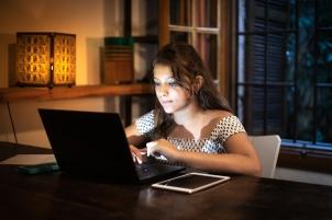 Une jeune femme travaille devant son ordinateur