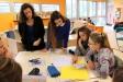 enseignants et collégiens dans une classe autour d'une table de travail